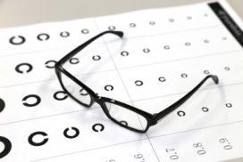 メガネと視力検査表
