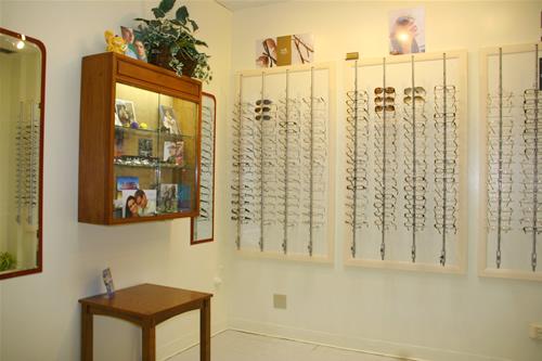 お客さまに合う眼鏡フレームをゆっくり選べます